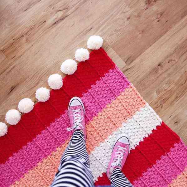 Tapete de crochê quadrado vermelho e rosa