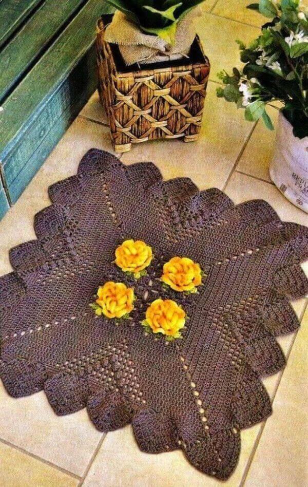 Tapete quadrado de crochê com flor amarela