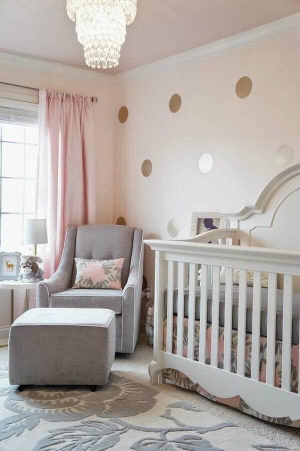 Temas para quarto de bebê com papel de parede dourado