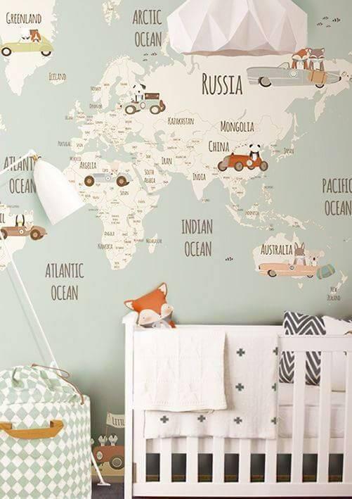 Temas para quarto de bebê com mapa mundi no papel de parede e animais na decoração