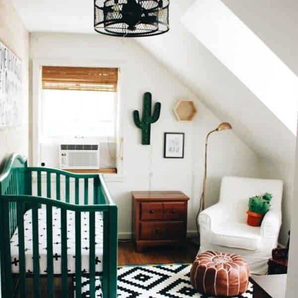 Temas para quarto de bebê com detalhes em verde e decoração minimalista
