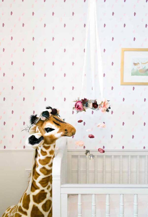 Temas para quarto de bebê feminino com girafa e flores na decoração