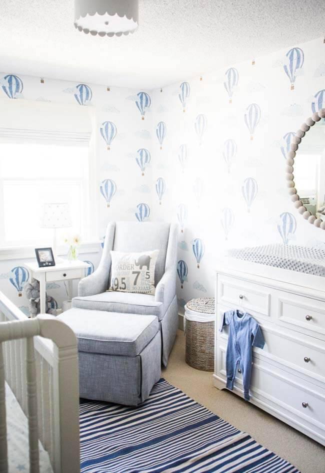 Temas para quarto de bebê com balões no papel de parede