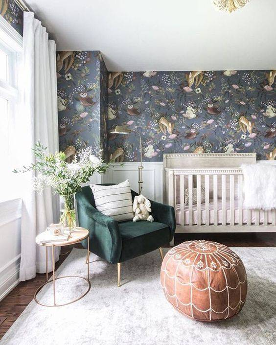 Temas para quarto de bebê moderno e lindo com móveis brancos e poltrona verde