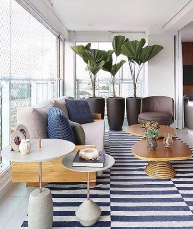 varanda de apartamento decorada com modelos diferentes de mesa de apoio Foto GP Life Decor
