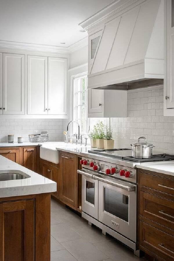 Modelo de armário de madeira para cozinha com puxadores metálicos