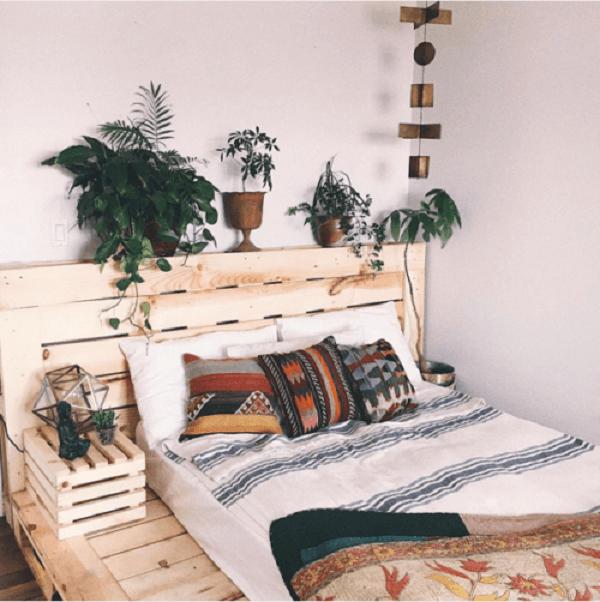 Utilize a cama do pallet para apoiar plantas e acessórios do quarto