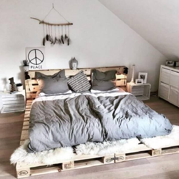 Quarto de casal com cama de pallet e criado mudo feito de caixotes de madeira