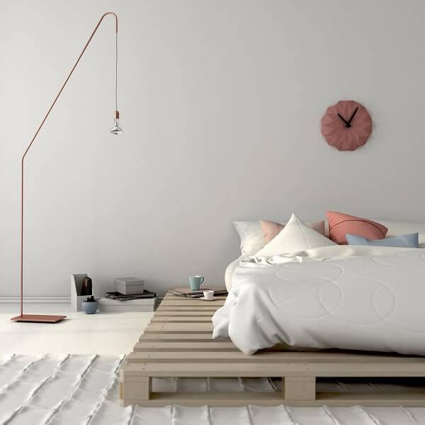 A estrutura da cama foi feita com madeira de pallet