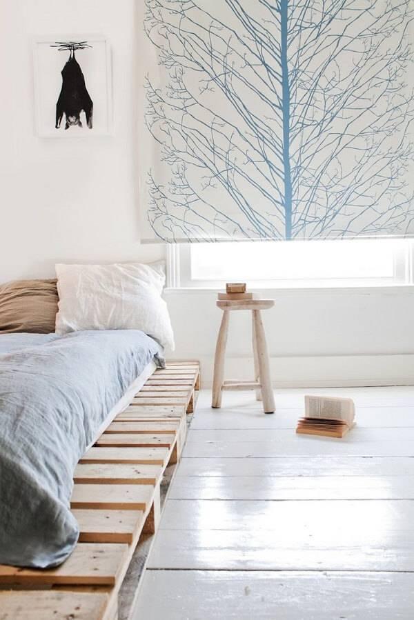 Quarto com decoração clean e cama de pallet