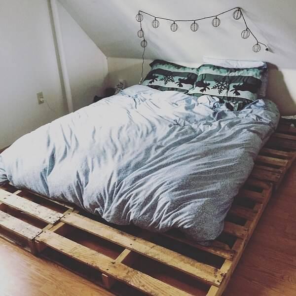 Quarto de casal com cama de pallet, decoração simples e rústica