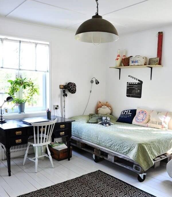 Quarto descontraído com escrivaninha vintage e cama de pallet