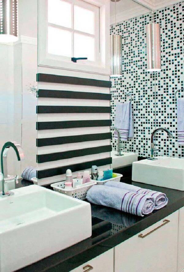 Banheiro com cuba branca e bancada verde ubatuba granito