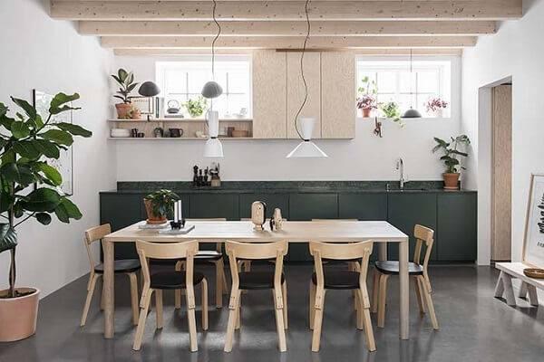 Cozinha aberta com bancada feita de granito verde ubatuba