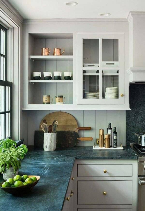 Decore o espaçocom armário branco e bancada feita com granito verde ubatuba cozinha