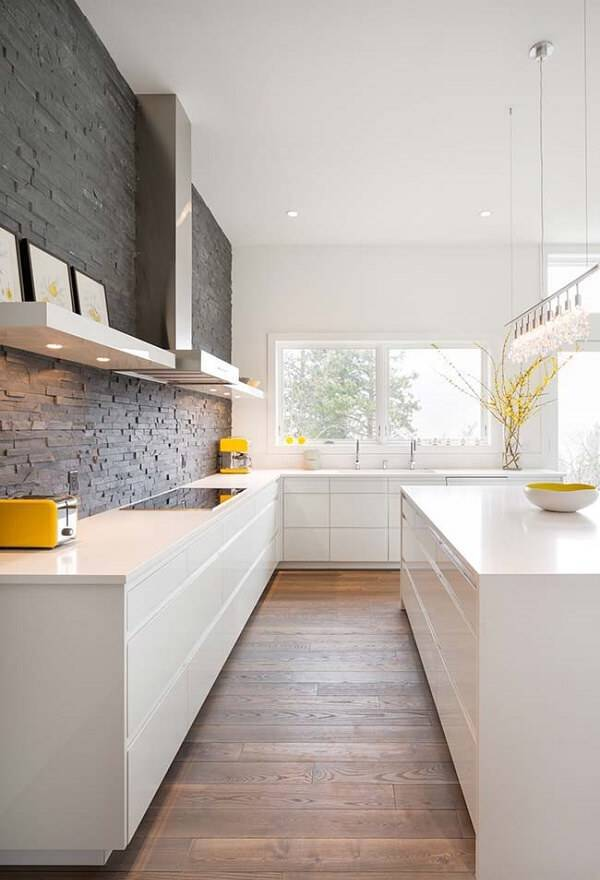 Piso de madeira e parede de pedra miracema para a cozinha