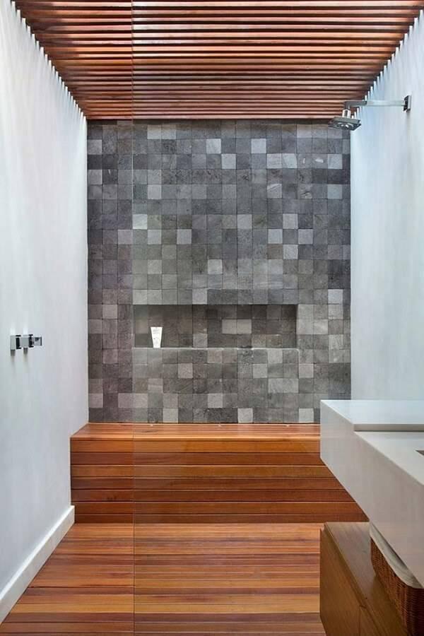 A área do banho recebeu um acabamento especial com pedra miracema