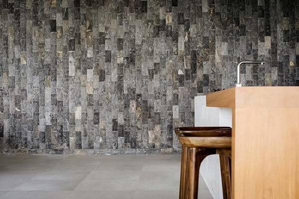 A pedra miracema cinza na parede traz sofisticação para o ambiente