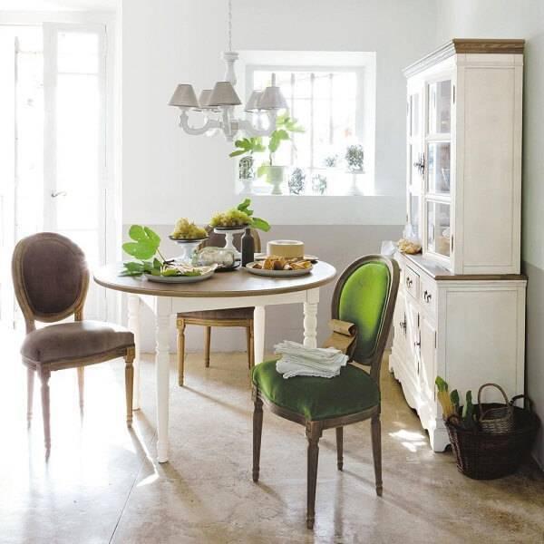 A estampa das cadeiras combinam perfeitamente com a decoração do ambiente