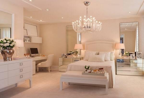 Invista em itens espelhados na decoração de quartos monocromáticos