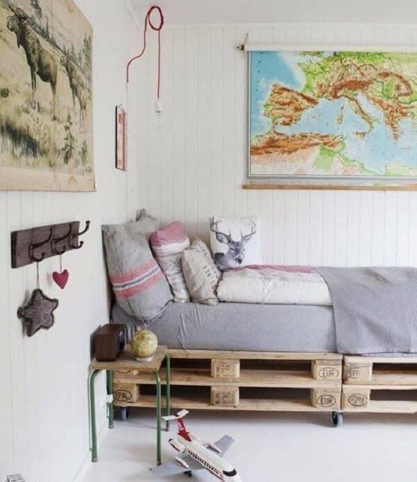 Cama de pallet se solteiro traz rusticidade ao cômodo
