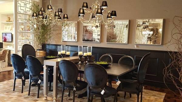 Sala de jantar sofisticada com cadeira medalhão preta