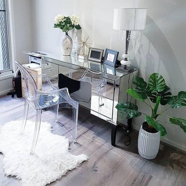 A cadeira medalhão acrílico pode ser utilizada tanto na mesa de jantar como no escritório