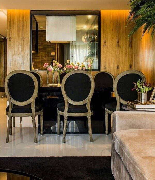 A cadeira medalhão preta imprime elegância no ambiente
