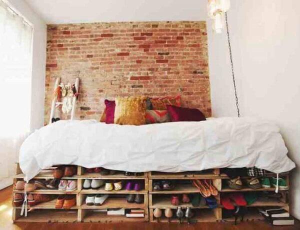 A cama de pallet oferece espaço suficiente para manter os pertences em ordem