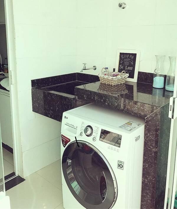A lavanderia recebeu uma acabamento especial com granito