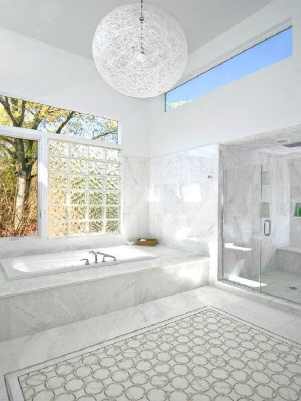A parede de tijolo de vidro permite a entrada de luz natural no espaço