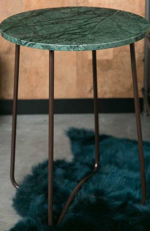 Banqueta com assento feito em granito verde Ubatuba