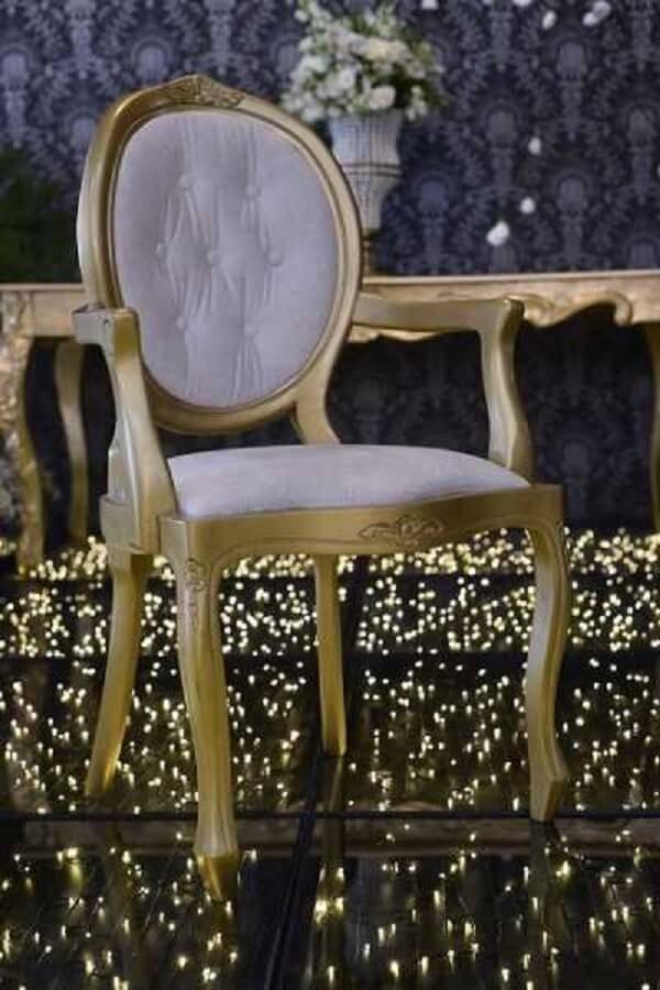 Cadeira medalhão branca com braço dourado
