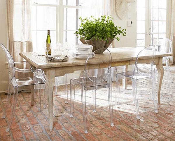 Cadeira medalhão acrílica e mesa retangular de madeira