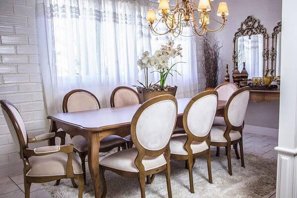 Cadeira medalhão branca com acabamento em madeira