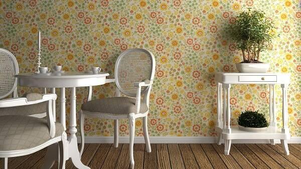 Cadeira medalhão branca e papel de parede colorido