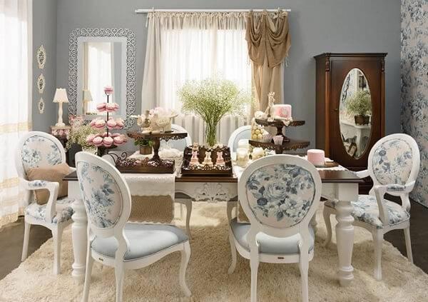 Cadeira medalhão com tecido estofado floral
