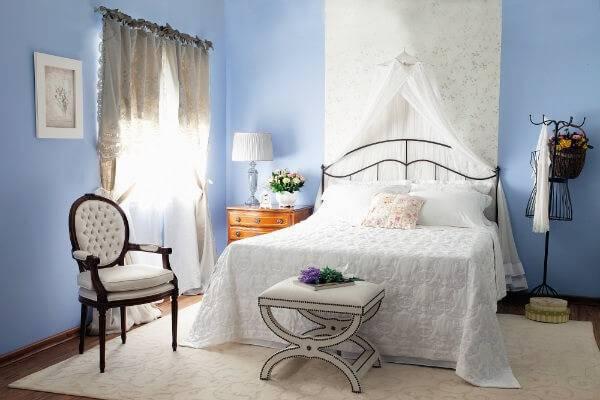 Cadeira medalhão decora quarto de casal