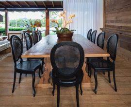 Cadeira medalhão preta e mesa retangular de madeira