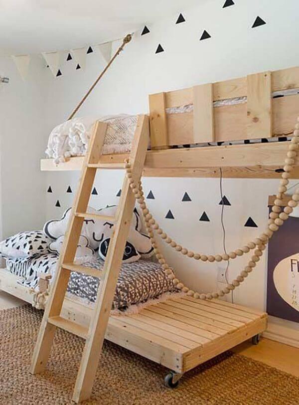 Cama de beliche feita com estrutura de pallet