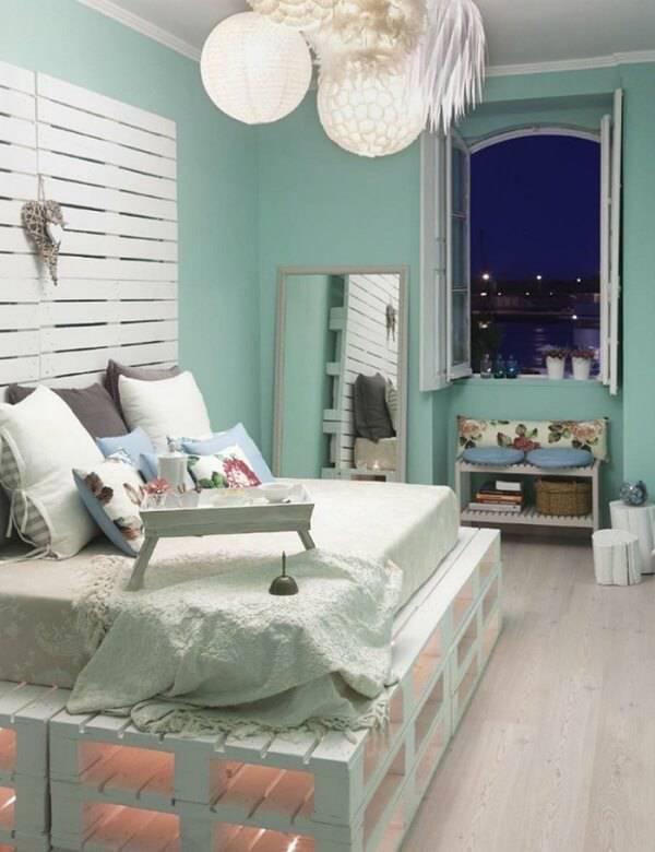Cama de pallet pintada de branco