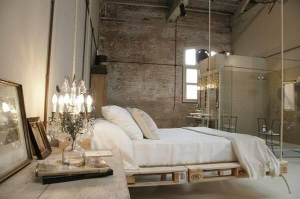 Cama de pallet suspensa para quarto de casal