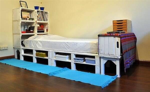 Decore o quarto com cama de pallet e caixotes de madeira