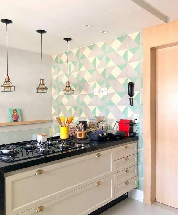 Cozinha americana com bancada feita em granito verde ubatuba