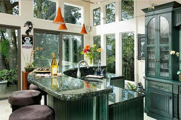 Cozinha cheia de luz com granito verde ubatuba