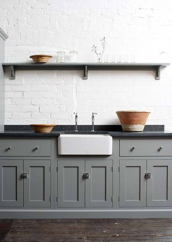 Cozinha com armários em tom cinza e bancada de granito verde ubatuba