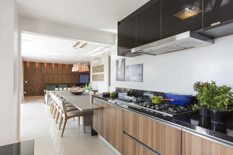 Cozinha de madeira ampla com bancada neutra para refeições do dia a dia