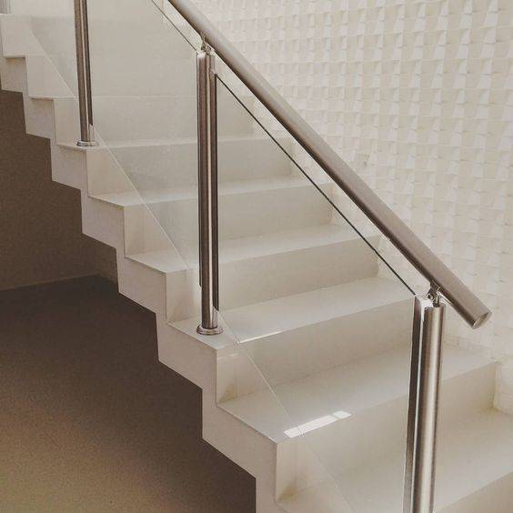 Escada de mármore - escada com corrimão de metal
