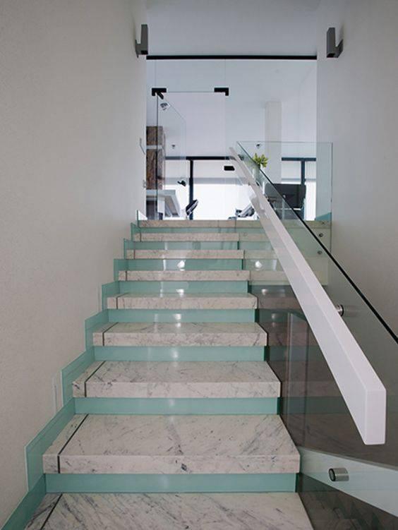 Escada de mármore - escada com detalhes azuis