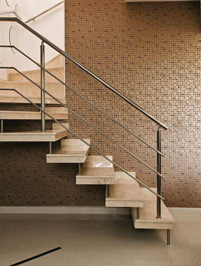 Escada de mármore - escada com guarda corpo de metal